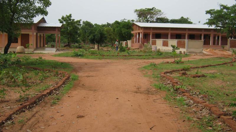 A gauche, salle polyvalente - A droite, Ecole maternelle