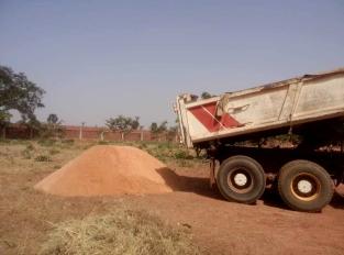001. Le premier camion apporte le sable